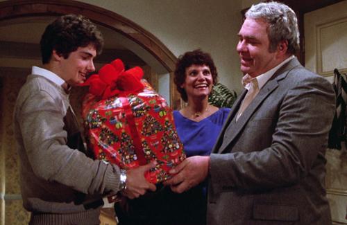 gremlins-hoyt-axton-gives-gift-of-mogwai